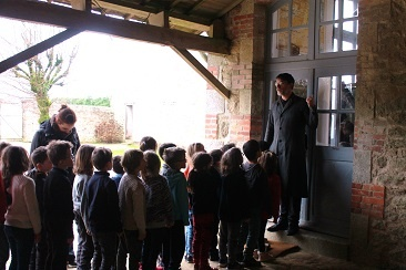 Sous le préau du musée de l'école de Bothoa